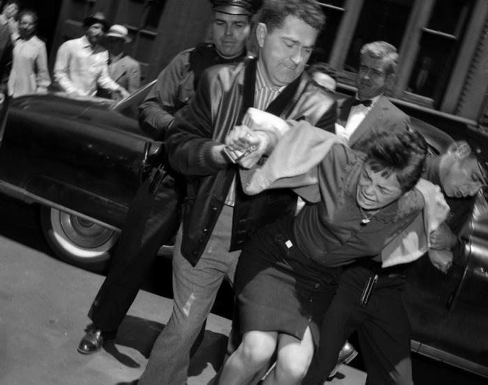 15-летнюю Кармен Мартинез ведут в зал суда. Она обвиняется в убийстве своего 17-летнего бойфренда Рауля Банучи, 1959 год