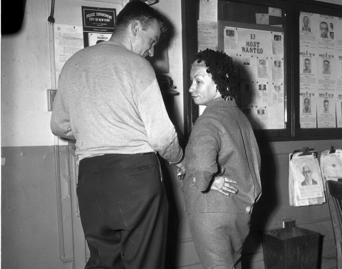 Марго Донохью была задержана при попытке передать пистолет своему сообщнику Вильяму Матеа, 1961 год