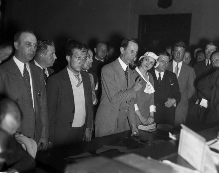 Лотти Кол, вдова Винсента Кола, вместе с двумя соучастниками-мафиози обвиняется в убийстве прохожего во время ограбления, 1933 год