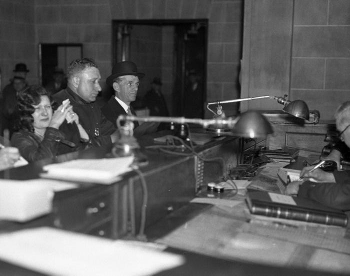 Мери Бейкер в полицейском участке в Бронксе. В гангстерской среде была известна как девушка с двумя пистолетами, 1933 год