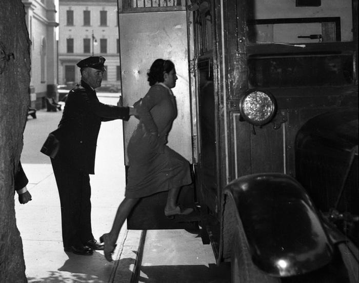 17-летняя Ненси Сервилл арестована за то, что стояла на шухере во время налета гангстерской банды, 1936 год