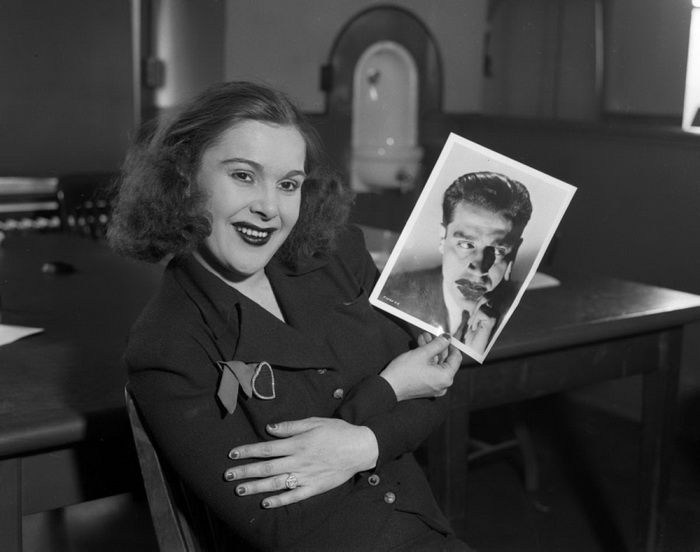 Марион Кики Робертс - любовница Джека Легса Даймондса. Джек был застрелен неизвестными, а на фото красотка со снимком еще одного любовника - актера Джека ла Ру, 1937 год