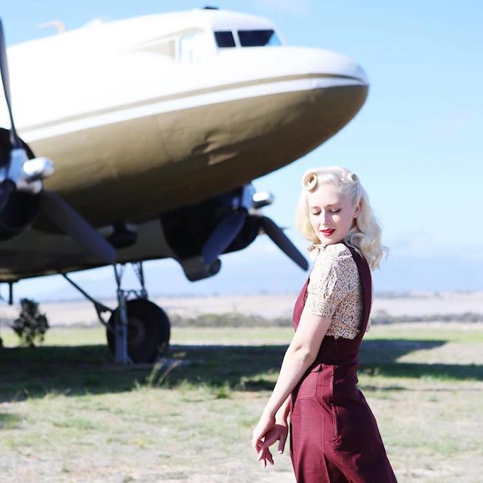 Элис Фергюсон рядом с самолетом Дакота