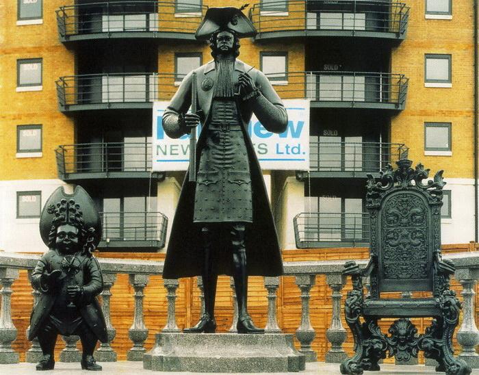 Петр І, его слуга-карлик и кресло-трон с российским гербом: оригинальный памятник императору в Лондоне