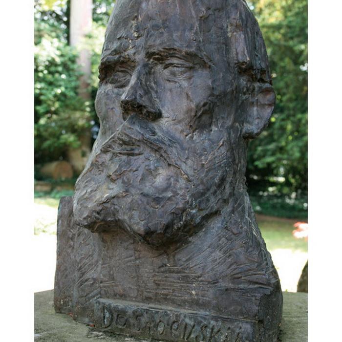 Бюст Достоевского в курортном парке Ниццы