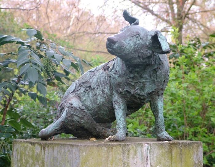 Памятник коричневой собаке.