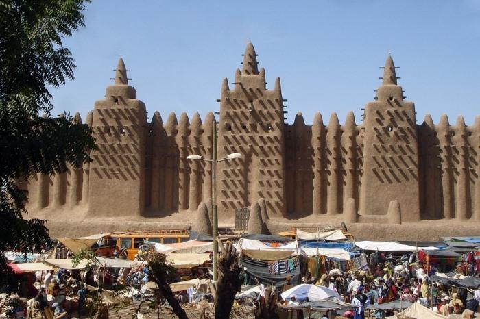 Великая мечеть Дженне возвышается над рыночной площадью.