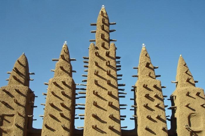 Деревянные балки служат для укрепления стен.