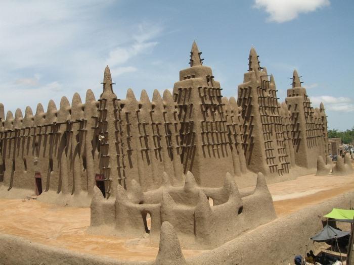 Внешне мечеть напоминает гигантский замок из песка.