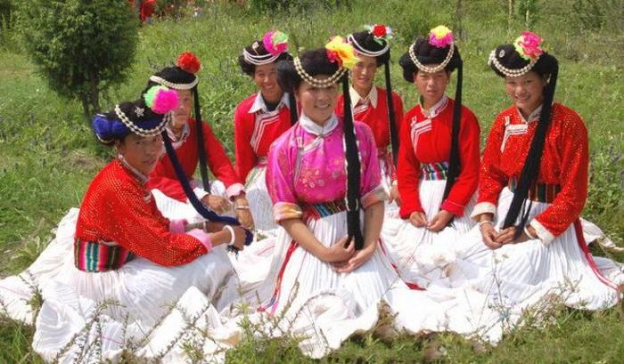 Женщины-мосо в национальных нарядах