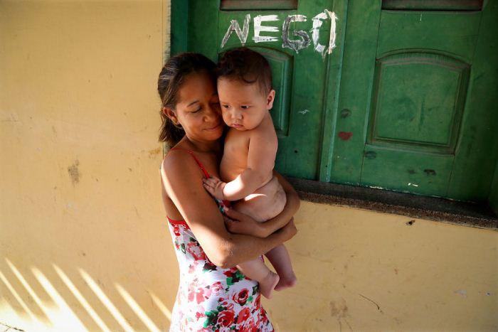 Бразильская мама с сыном на руках.