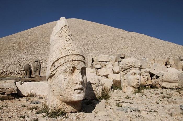 Каменные барельефы на горе Немрут-Даг (Турция)