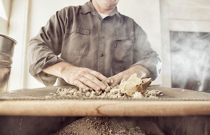 Сортировка: мастер отделяет камни.