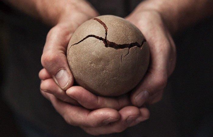 На этом этапе материал очень хрупкий, шар может легко треснуть.