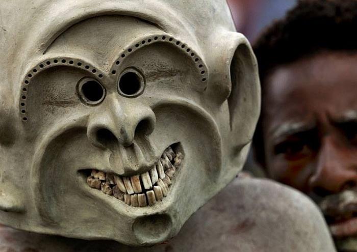 Папуасы верят, что в таких масках они подобны духам предков