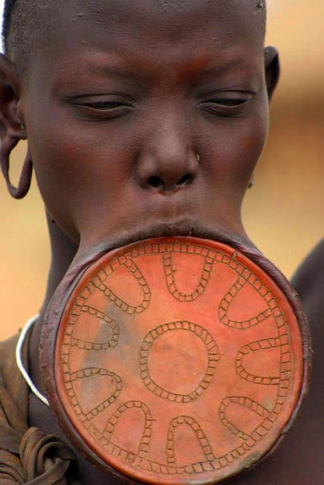 Глиняный диск в губе - эталон красоты