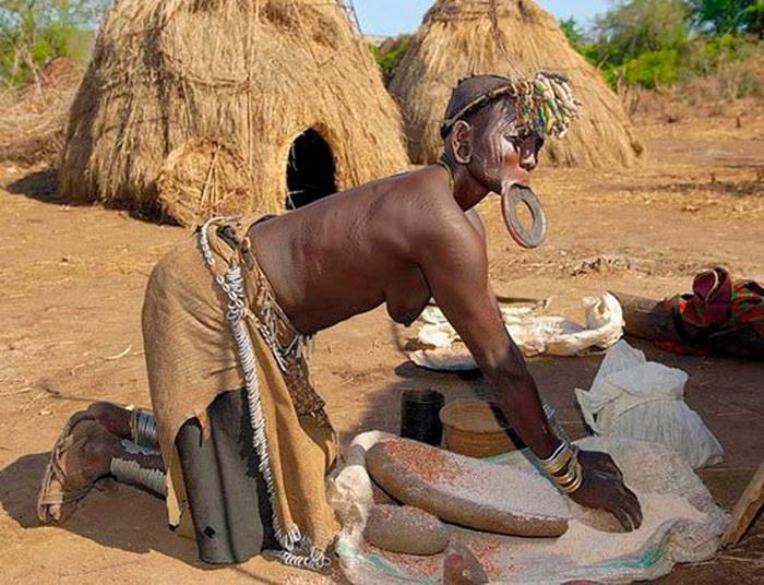 Женщина мурси занята повседневными делами