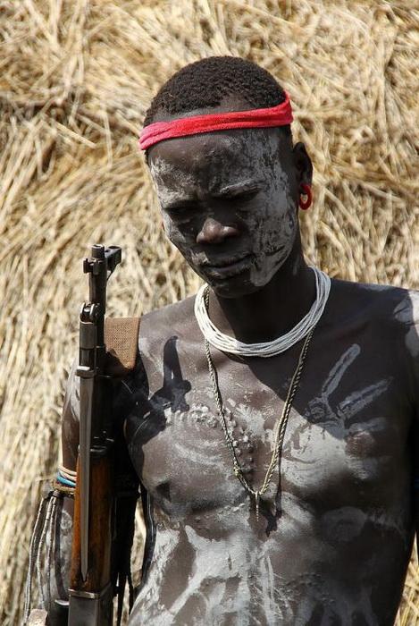 Многие воины племени вооружены автоматами