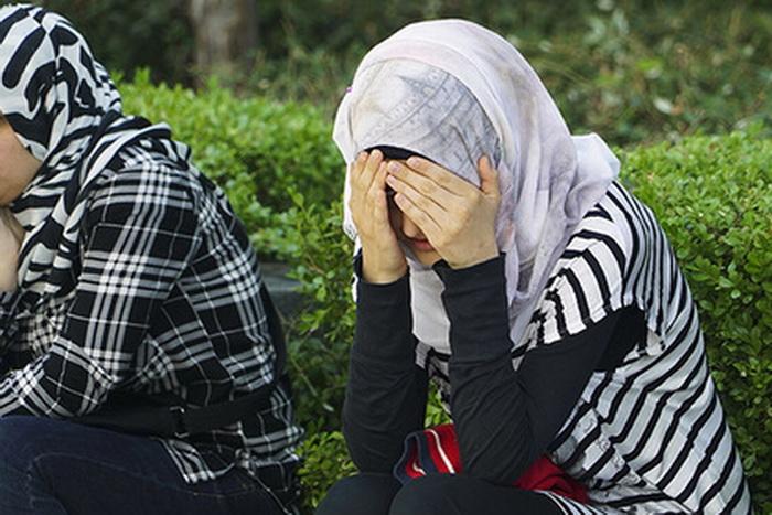 Женщины пытались избежать скандала, но агрессивный мужчина их преследовал.