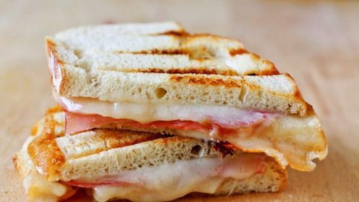 Обычный бутерброд стал способом демонстрации ненависти.