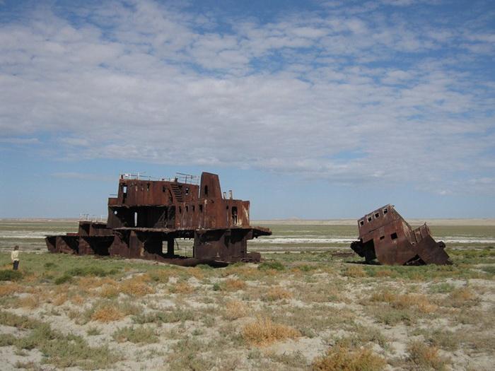 Кладбище кораблей в г. Муйнак на побережье Аральского моря