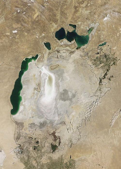 Аральское море, август 2009 г. Черная линия показывает размеры озера в 1960-е гг.