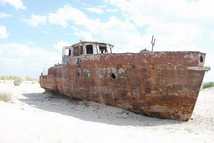 Ржавеющий корабль в г. Муйнак на побережье Аральского моря