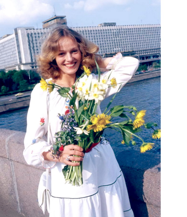 Наталья Андрейченко на фоне к/з Россия