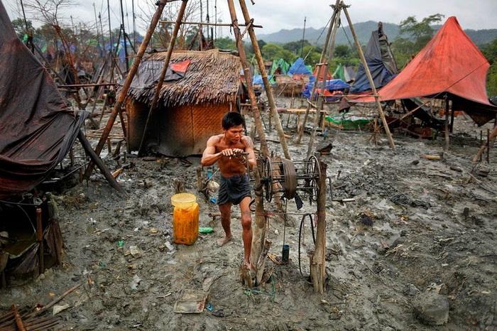 Ручное бурение: нефтедобыча в Мьянме