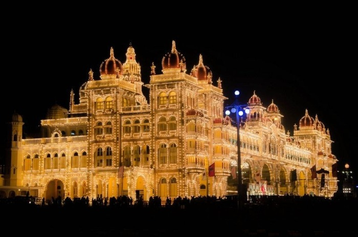 Майсурский дворец в ночных огнях (Индия)