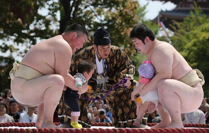 Праздник Nakizumo: борцы сумо в Японии пугают годовалых детей