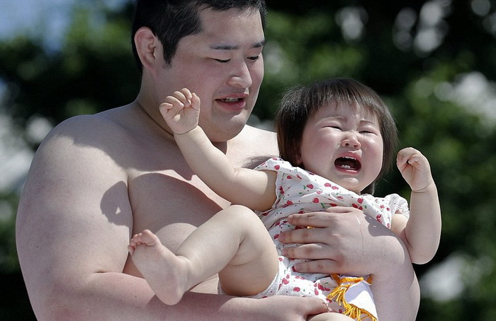 Кроха в руках грозного сумоиста