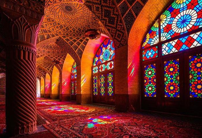 Узорные витражи в мечети Насир аль-Мульк