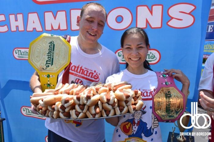 Соня Томас - победительница соревнований по скоростному поеданию хот догов
