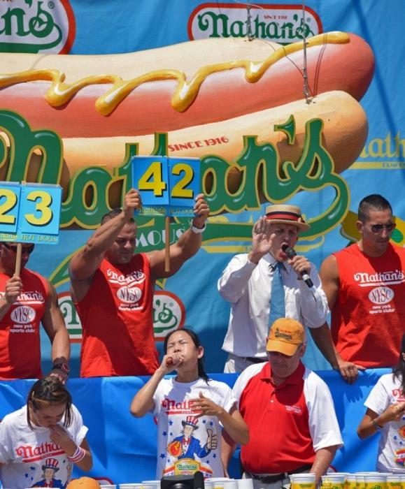 Соревнование по скоростному поеданию хот догов