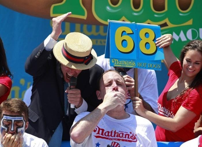 Среди мужчин победителем соревнований по скоростному поеданию хот догов стал Джои Чеснат