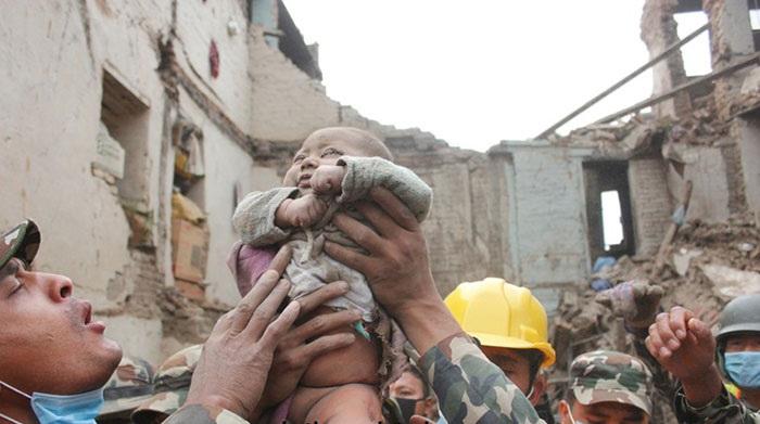 4-месячный ребенок провел 22 часа под завалами в Непале