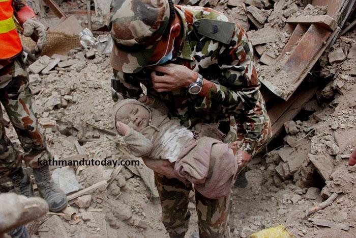 Найденный малыш на руках у своего спасителя