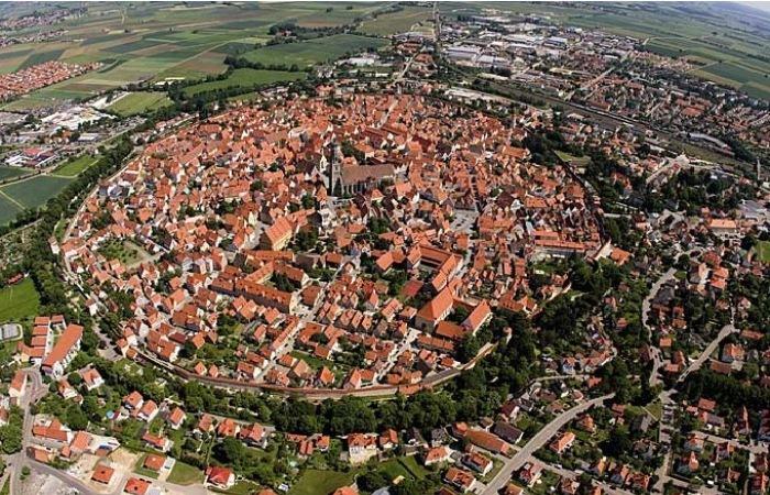 Нёрдлинген - немецкий город, построенный в кратере метеорита.