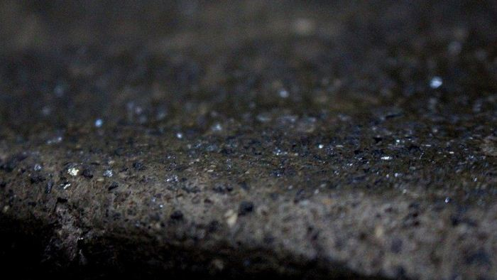 Образец породы с крохотными частицами алмазов.