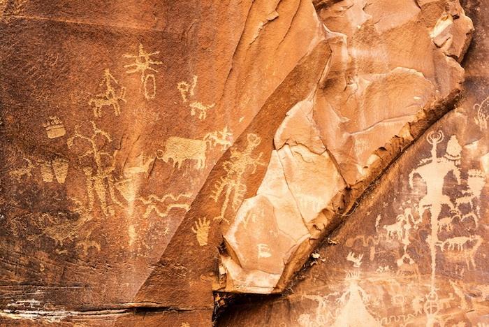 Древний утес хранит рисунки, возраст которых около двух тысяч лет.