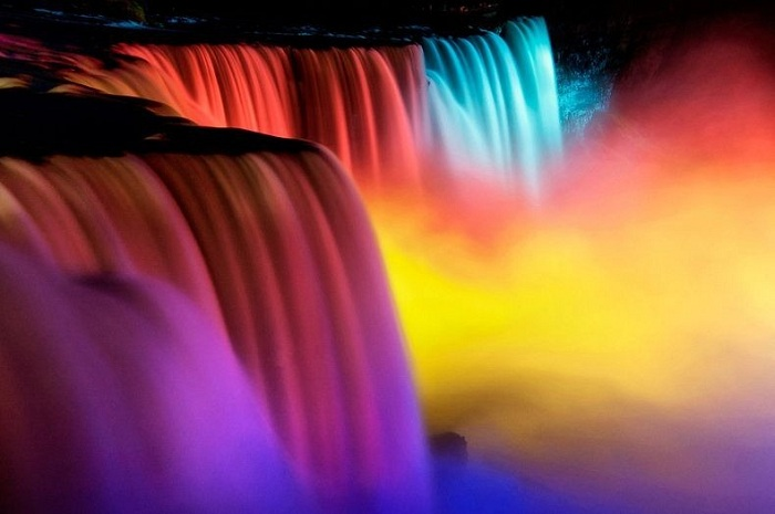 Зимний фестиваль огней на водопаде