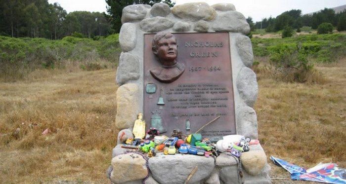 Памятник на месте гибели Николаса Грина.