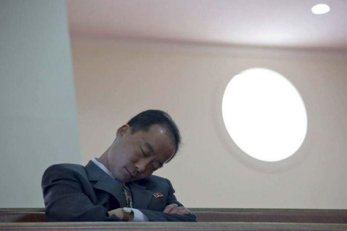 Чиновник заснул во время службы.