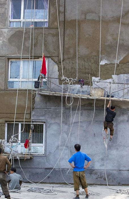 В Северной Корее мало кто заботится о безопасности труда.