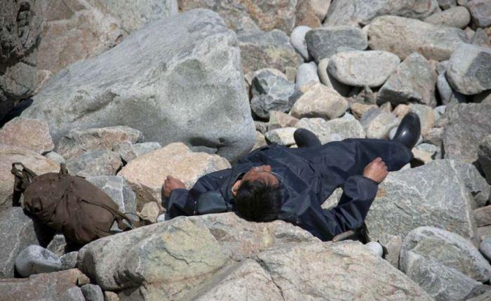 Мужчина уснул на камнях.