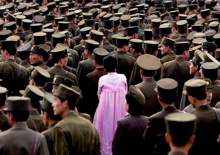 Женщина в окружении солдат.