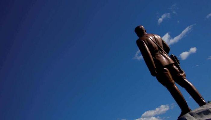 Памятник Киму. Вид сзади.