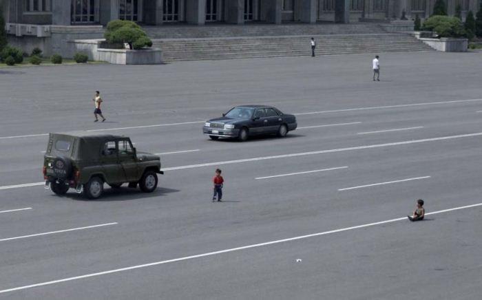 Дети играют на проезжей части.