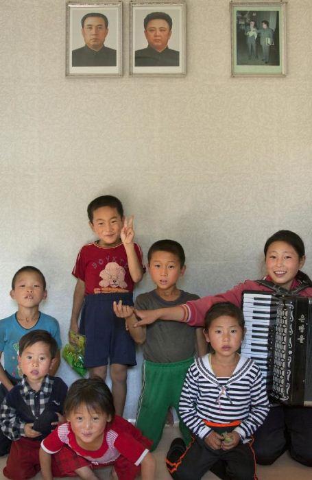 Дети позируют для общей фотографии.